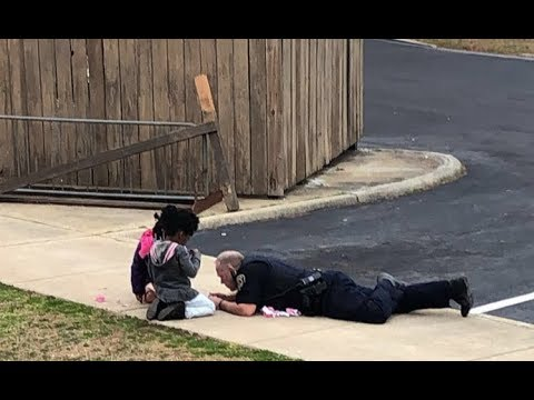First he made sure they were safe, then this police officer laid down to play dolls with these girls